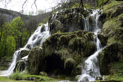 Cachoeira de Les Messieurs dos Baumes em Jura, França imagens de stock royalty free