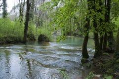 Cachoeira de Les Messieurs dos Baumes em Jura, França fotos de stock