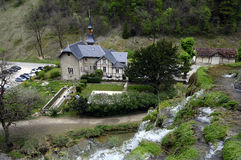Cachoeira de Les Messieurs dos Baumes em Jura, França foto de stock royalty free