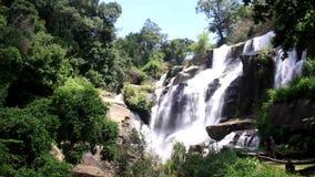 Cachoeira de Mae Klang no parque nacional de Doi Inthanon, Chiangmai, Tailândia vídeos de arquivo