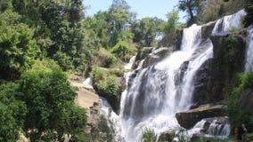 Cachoeira de Mae Klang no parque nacional de Doi Inthanon, Chiangmai, Tail?ndia video estoque