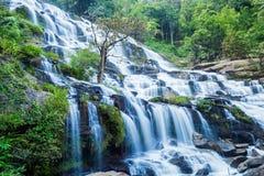 Cachoeira de Mae Ya no parque nacional de Doi Inthanon imagens de stock