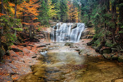 Cachoeira de Mumlava em Autumn Forest foto de stock royalty free