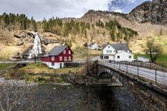 Cachoeira de Steinsdalfossen com a loja de lembrança em Steine fotos de stock royalty free