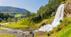 Cachoeira de Steinsdalsfossen em Hordaland, Noruega fotos de stock