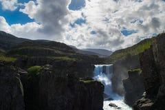 Cachoeira de Sveinsstekksfoss, fiordes do leste Islândia imagens de stock