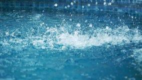 A cachoeira deixa cair a queda na superfície da piscina Movimento lento 1920x1080 HD video estoque