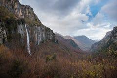 Cachoeira dentro do vale verde foto de stock