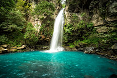 Cachoeira do ` de Cangreja do La do `, Costa Rica Uma cachoeira pristine bonita nas selvas da floresta úmida de Costa Rica