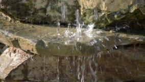 Cachoeira do jardim das pedras volume de água através da pedra O sol da manhã brilha na cachoeira filme