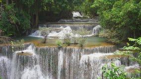 Cachoeira do khamin dos mae de Huai no kanchanaburi Tailândia vídeos de arquivo