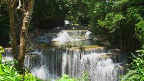 Cachoeira do khamin dos mae de Huay no kanchanaburi Tailândia vídeos de arquivo