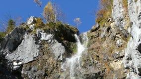 cachoeira do klinserfall no gebirge dos totalizadores vídeos de arquivo