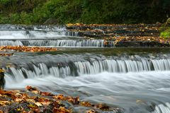 Cachoeira do outono em Estônia imagens de stock