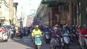 Cachoeira do 'trotinette' em Taiwan Engarrafamento aglomerado das motocicletas video estoque
