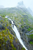 Cachoeira do verão na inclinação de montanha (Noruega) Foto de Stock