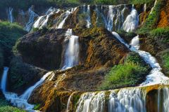 Cachoeira dourada - paisagem famosa da natureza de Jinguashi, tiro dentro no distrito de Ruifang, cidade nova de Taipei, Taiwan Imagens de Stock Royalty Free