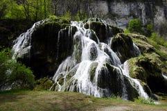 Cachoeira e bacias de messieurs dos les dos Baume em França fotos de stock