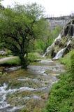 Cachoeira e bacias de messieurs dos les dos Baume em França imagem de stock