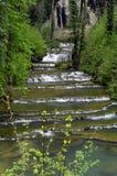 Cachoeira e bacias de messieurs dos les dos Baume em França imagens de stock royalty free