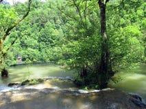 Cachoeira e bacias de messieurs dos les dos Baume em França fotos de stock royalty free