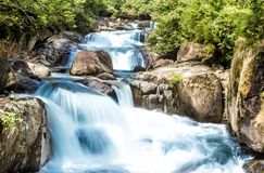 Cachoeira e córrego azul na floresta Imagens de Stock