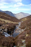 Cachoeira e córrego perto dos monte de feno Imagens de Stock