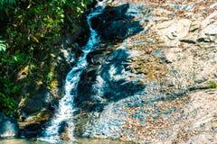 Cachoeira e floresta úmida verde em Ásia na ilha de Langkawi, Malásia foto de stock royalty free