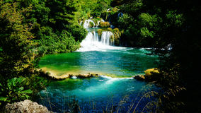 Cachoeira e lago pitoresco no parque nacional de KRKA, Croácia foto de stock