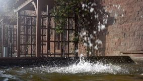 Cachoeira e parede e assentos de tijolo filme