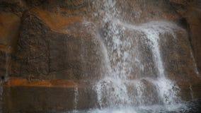 Cachoeira e parede de tijolo filme