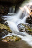 Cachoeira e rochas cobertas com o musgo Fotos de Stock