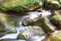 Cachoeira e rochas cobertas com o musgo Imagem de Stock Royalty Free