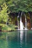 Cachoeira e um lago da montanha Foto de Stock