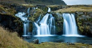 Cachoeira e vista bonita na montanha do kirkjufell em Islândia Europa fotos de stock
