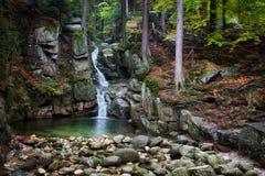Cachoeira em Autumn Forest de montanhas de Karkonosze imagem de stock royalty free