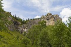 Cachoeira em montanhas de Altay Paisagem bonita da natureza imagens de stock royalty free