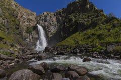 Cachoeira em montanhas de Altay Paisagem bonita da natureza fotografia de stock royalty free