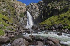 Cachoeira em montanhas de Altay Paisagem bonita da natureza foto de stock