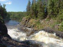 Cachoeira em Suna River, Carélia de Kivach, Rússia Fotos de Stock Royalty Free