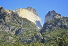 A cachoeira em torres del paine acima da rocha mura Cuernos, patagonia Fotografia de Stock