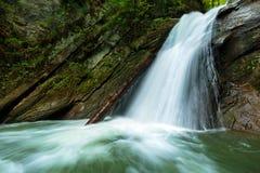 Cachoeira em uma garganta Fotografia de Stock Royalty Free