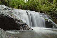 Cachoeira em uma paisagem verde foto de stock