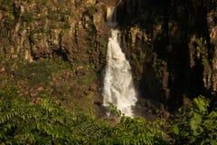 Cachoeira entre rochas fotos de stock