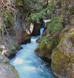 Cachoeira escondida ao longo da fuga do lago avalanche no parque nacional de geleira fotografia de stock