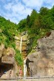 A cachoeira escondida da montanha na vila bonita e popular de Hallstatt localizou em Áustria, Europa fotografia de stock royalty free