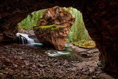 Cachoeira escondida em Johnston Canyon Creek Trail, nacional de Banff fotografia de stock