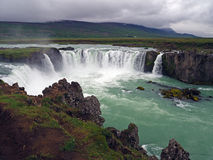 Cachoeira famosa dos godafoss de Islândia em um dia chuvoso imagem de stock