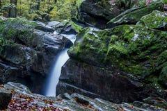 Cachoeira fascinante nas montanhas Fotos de Stock Royalty Free