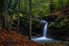 Cachoeira fascinante nas montanhas Fotografia de Stock Royalty Free